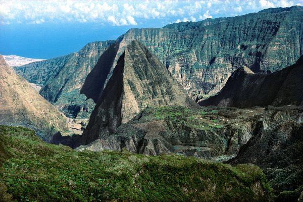 Le plateau d'Aurère dominé par le Piton Cabris