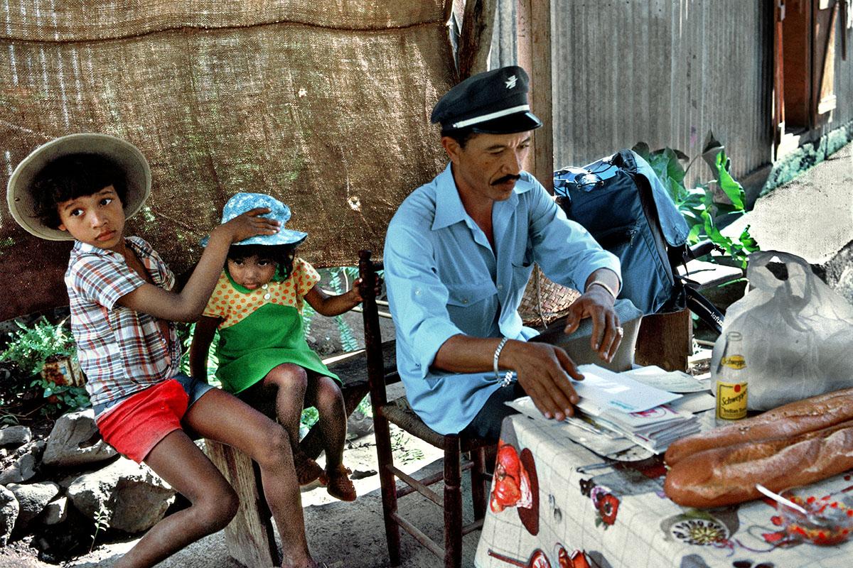 Angélo THIBURCE et le courrier à distribuer - Grand Place Cayenne
