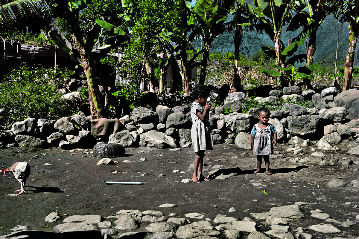 Enfants jouant dans la cour – Les Orangers