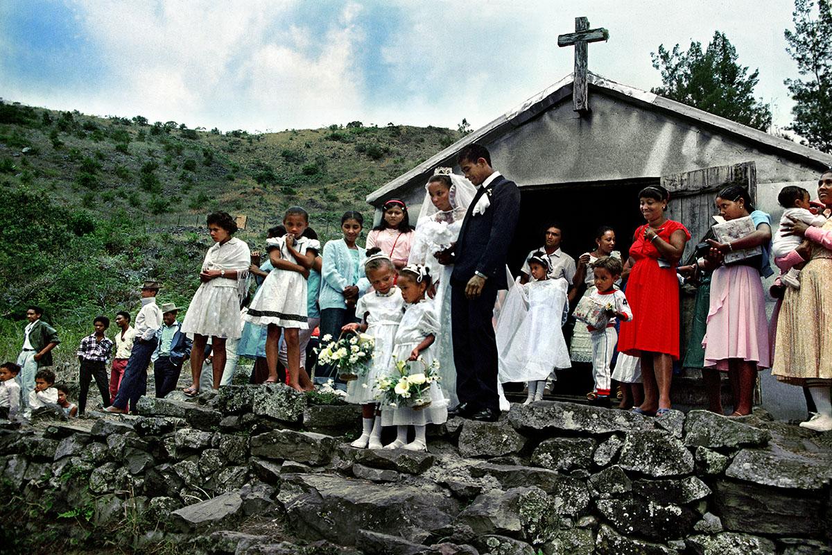 Les mariés à la sortie de la chapelle – Roche Plate