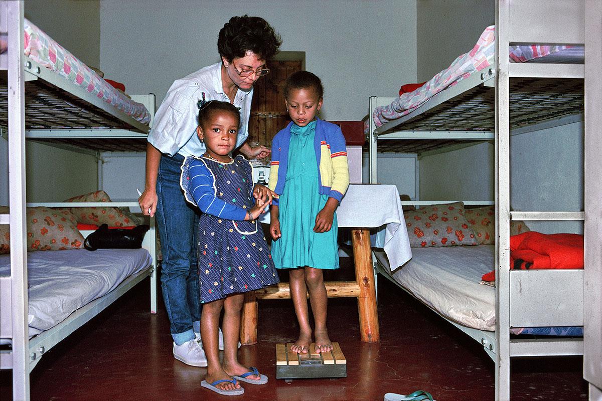 La pesée des enfants par l'infirmière – Roche Plate