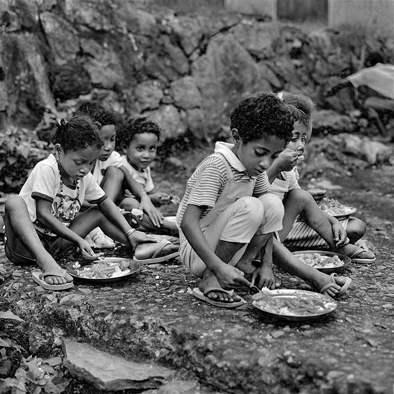 Un repas pressé à même le sol – Roche Plate