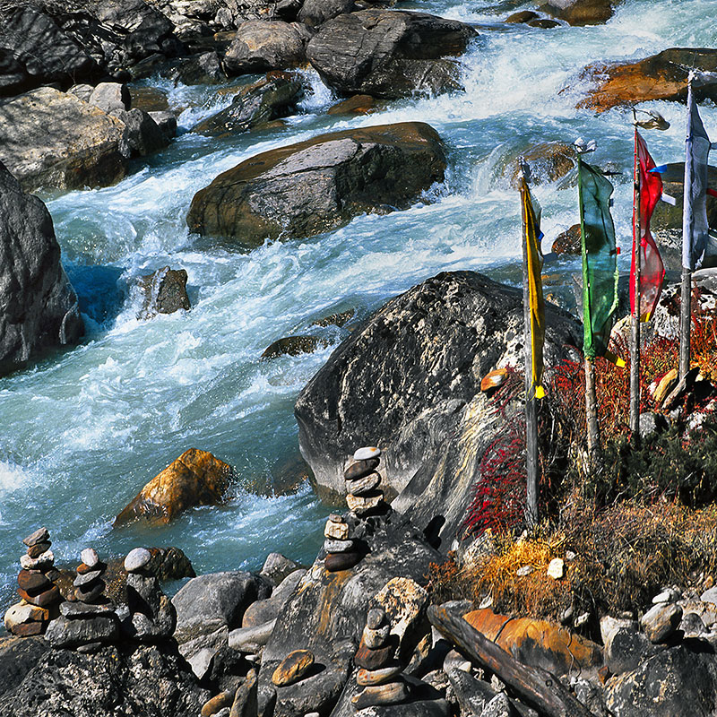 Torrent et drapeaux - Thanggu, Sikkim (Inde)