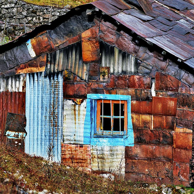 Maison de tôles découpées dans des bidons de goudron - Kyanglasha, Sikkim (Inde)