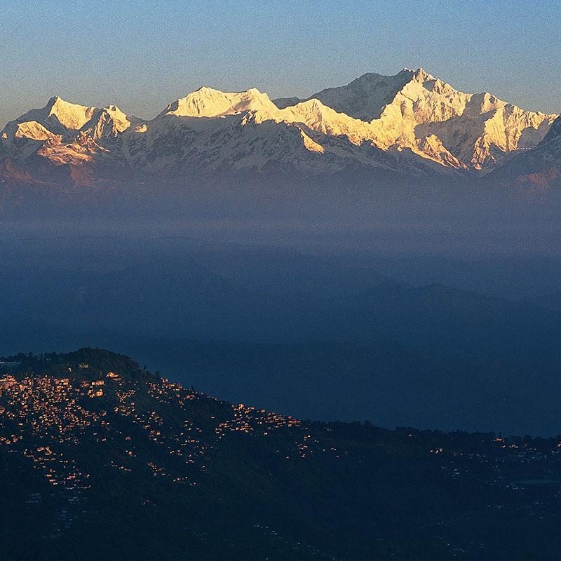 Le Kangchangzunga, 8586 m, et Darjeeling. Vue du Tiger Hill (Inde)