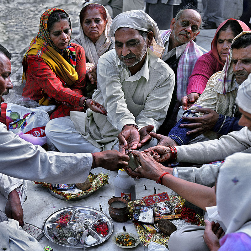 Puja au bord du Gange à Gangotri – Inde