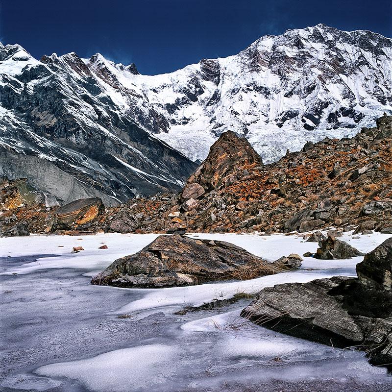 Petit lac morainique devant la face Sud de l'Annapurna 1 - Népal