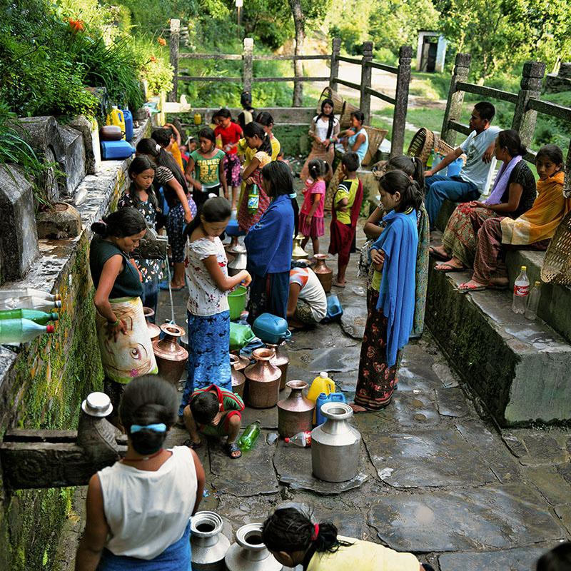 La fontaine traditionnelle lors des coupures d'eau – Bandipur, Népal