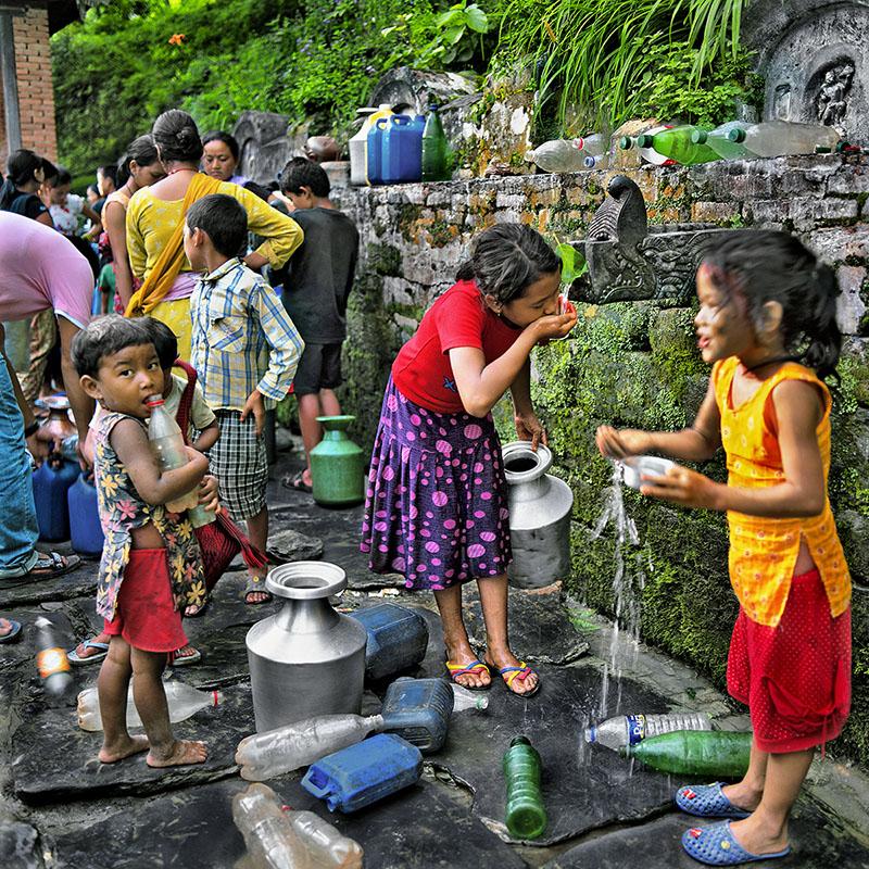 Fillette buvant à la fontaine - Bandipur - Népal