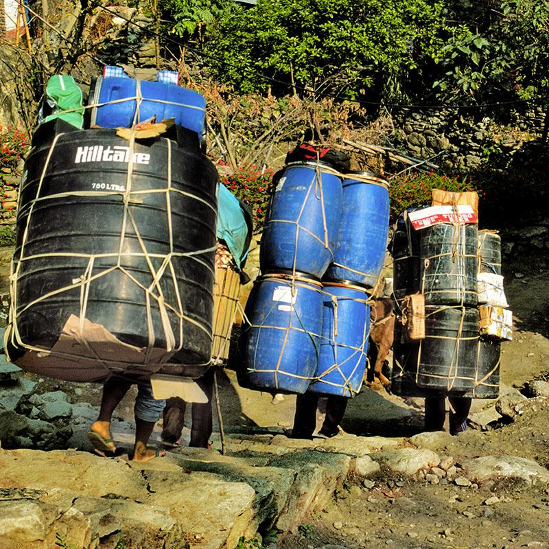 Le portage, en l'absence de route - Népal