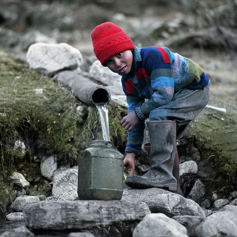 La corvée d'eau - Singhik, Sikkim (Inde)