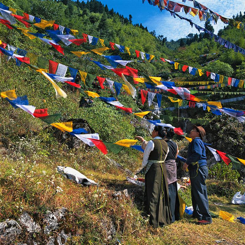 Pose de drapeaux de prières en travers du torrent - Gangtok, Sikkim (Inde)