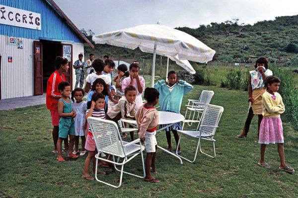 Le « vernissage » d'une exposition particulière : un parasol et des chaises !