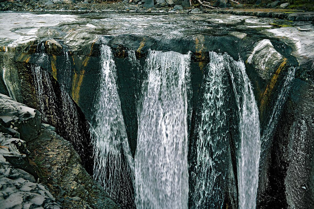 L'eau cascadant dans le gouffre (2) – Trois Roches