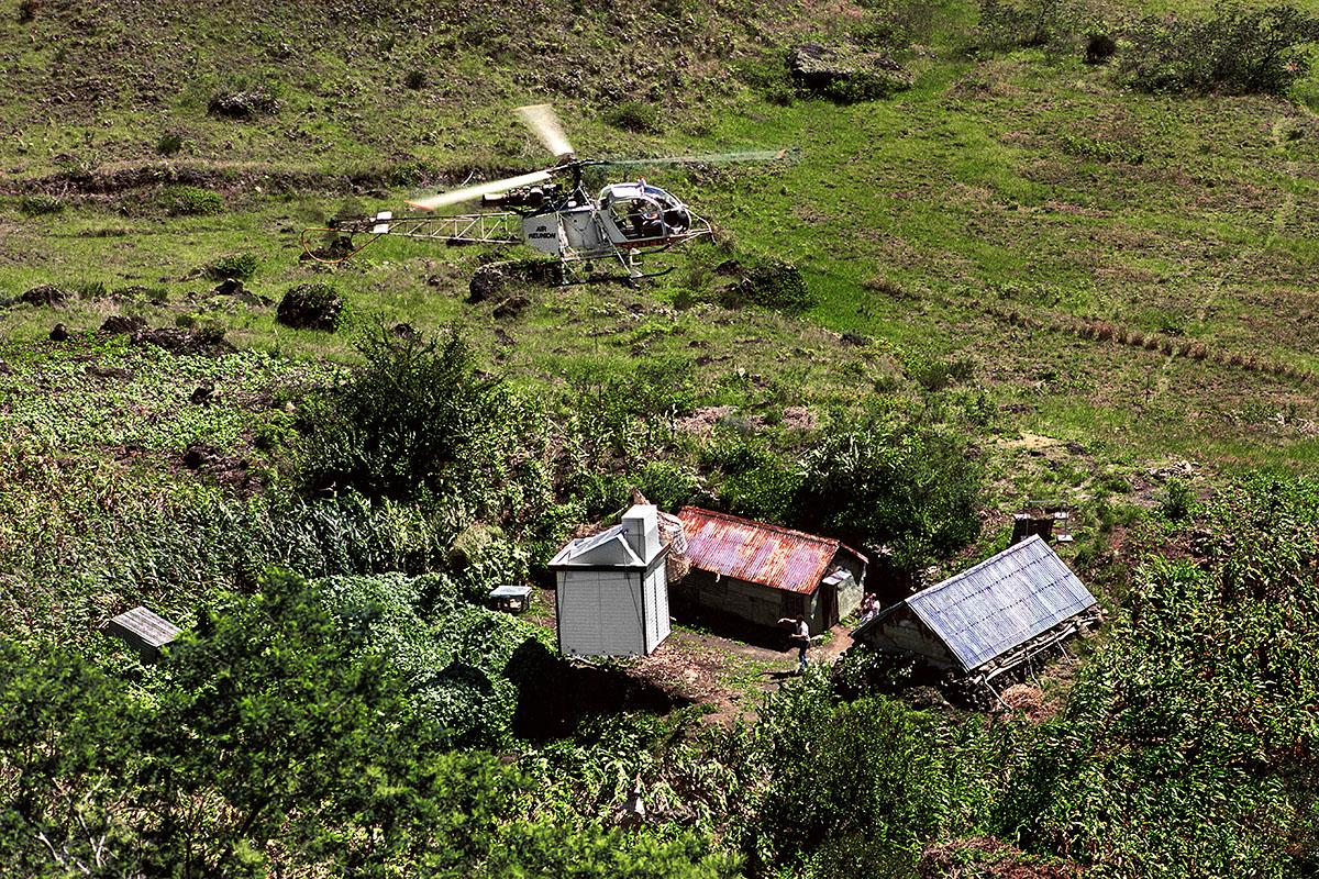 L'hélicoptère en vol stationnaire avant le dépôt de sa charge - Marla