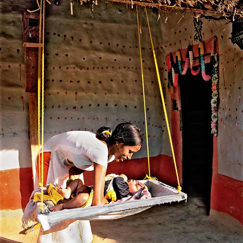 Mère berçant son enfant - Damak, Teraï (Népal)