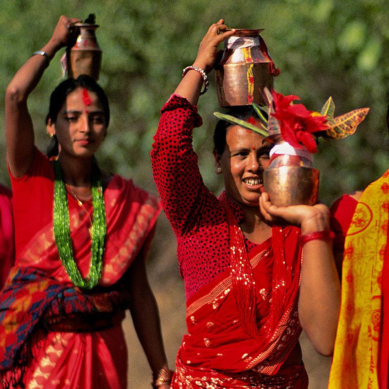 Femmes portant des cruches d'eau à faire bénir - Téraï (Népal)