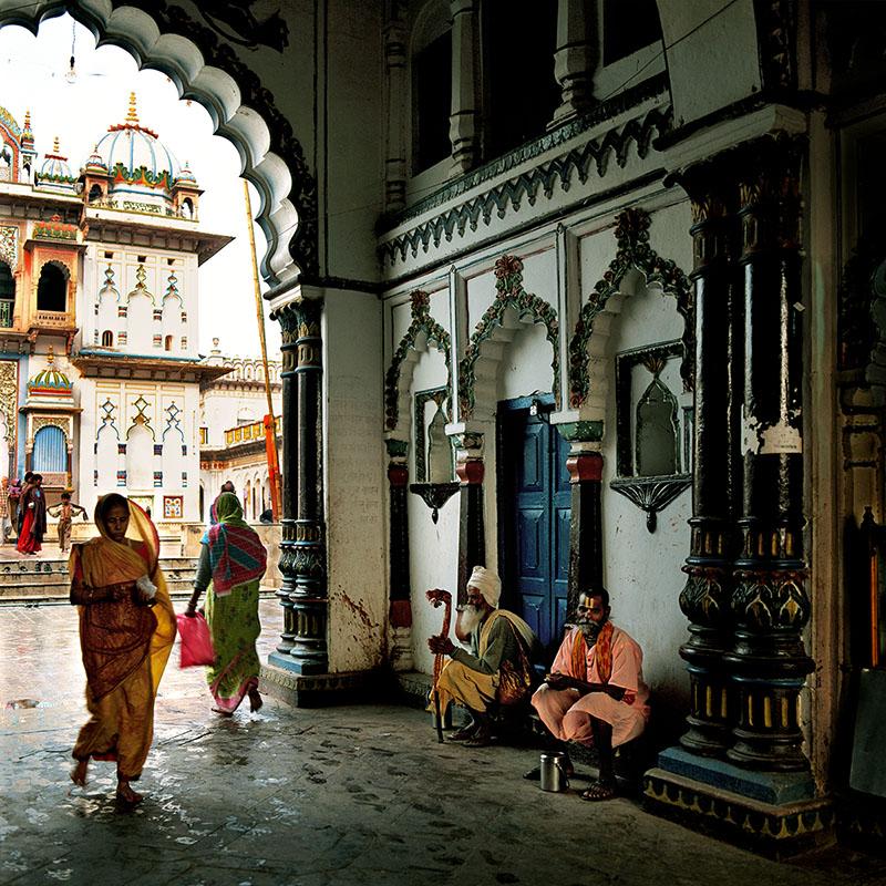 Sous le porche du temple - Janakpur, Téraï (Inde)