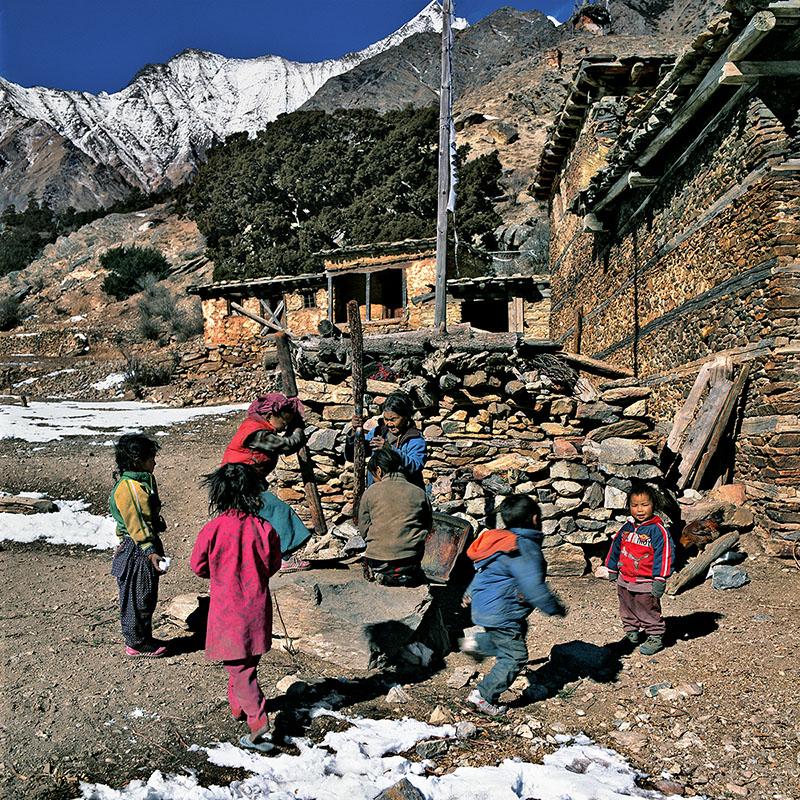 Le pilonnage du grain - Ringmo, Dolpo (Nepal)