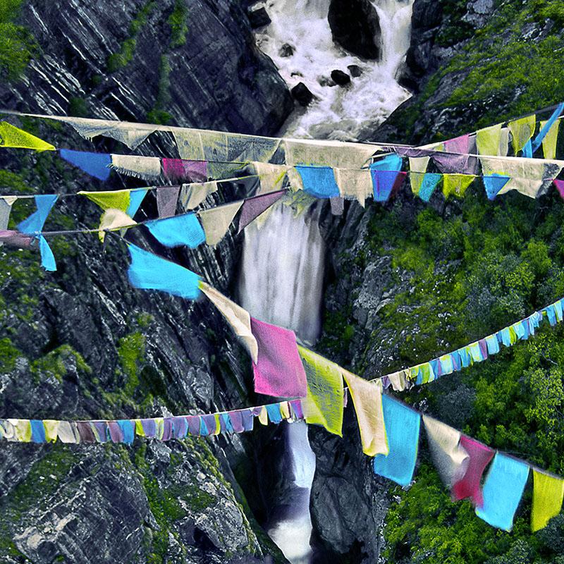 Cascade et drapeaux – Tibet