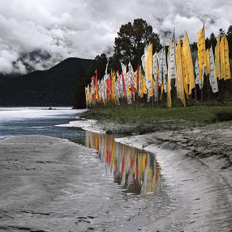 Bannières et drapeaux sur la berge du Parlung Tsang-Po - Tibet oriental