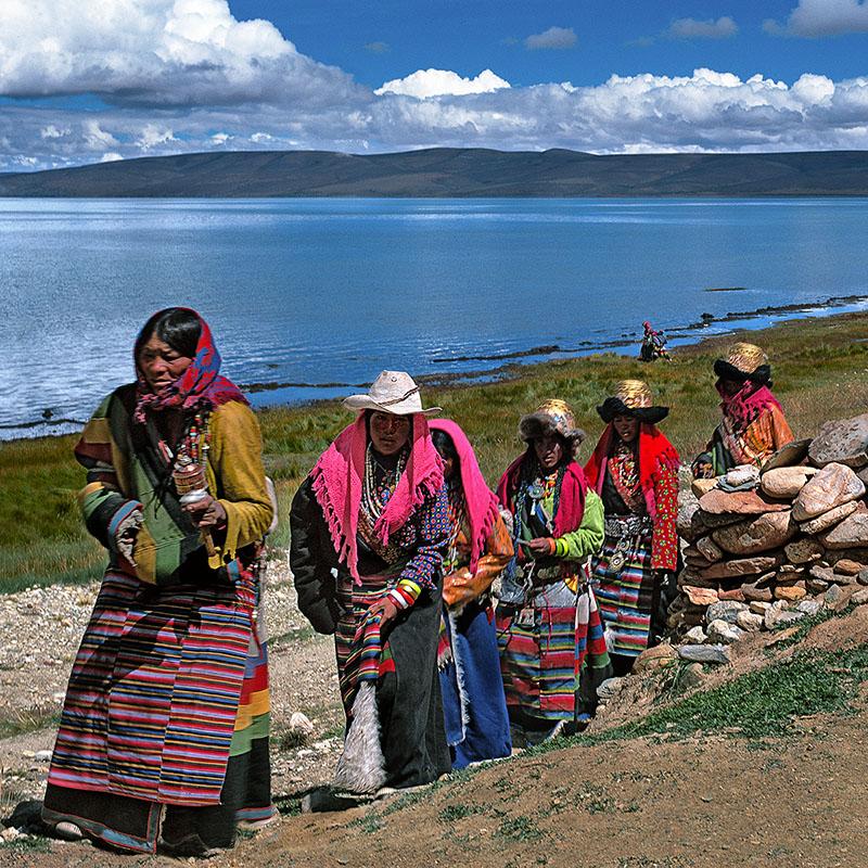 Pèlerins tournant autour du gompa - Manasarovar, Tibet