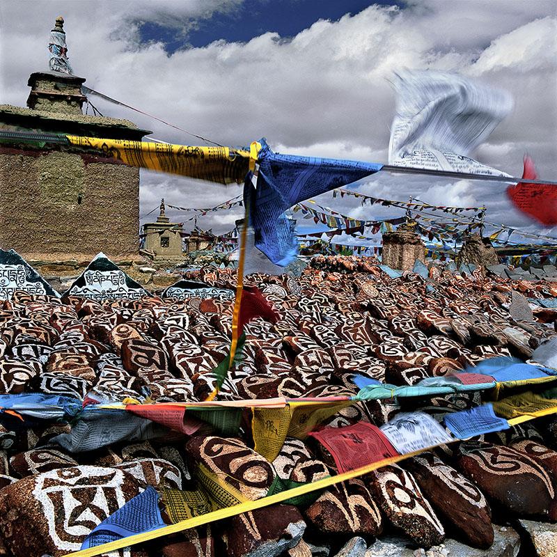 Amas de pierres gravées, crânes de yaks et drapeaux - Manasarovar, Tibet